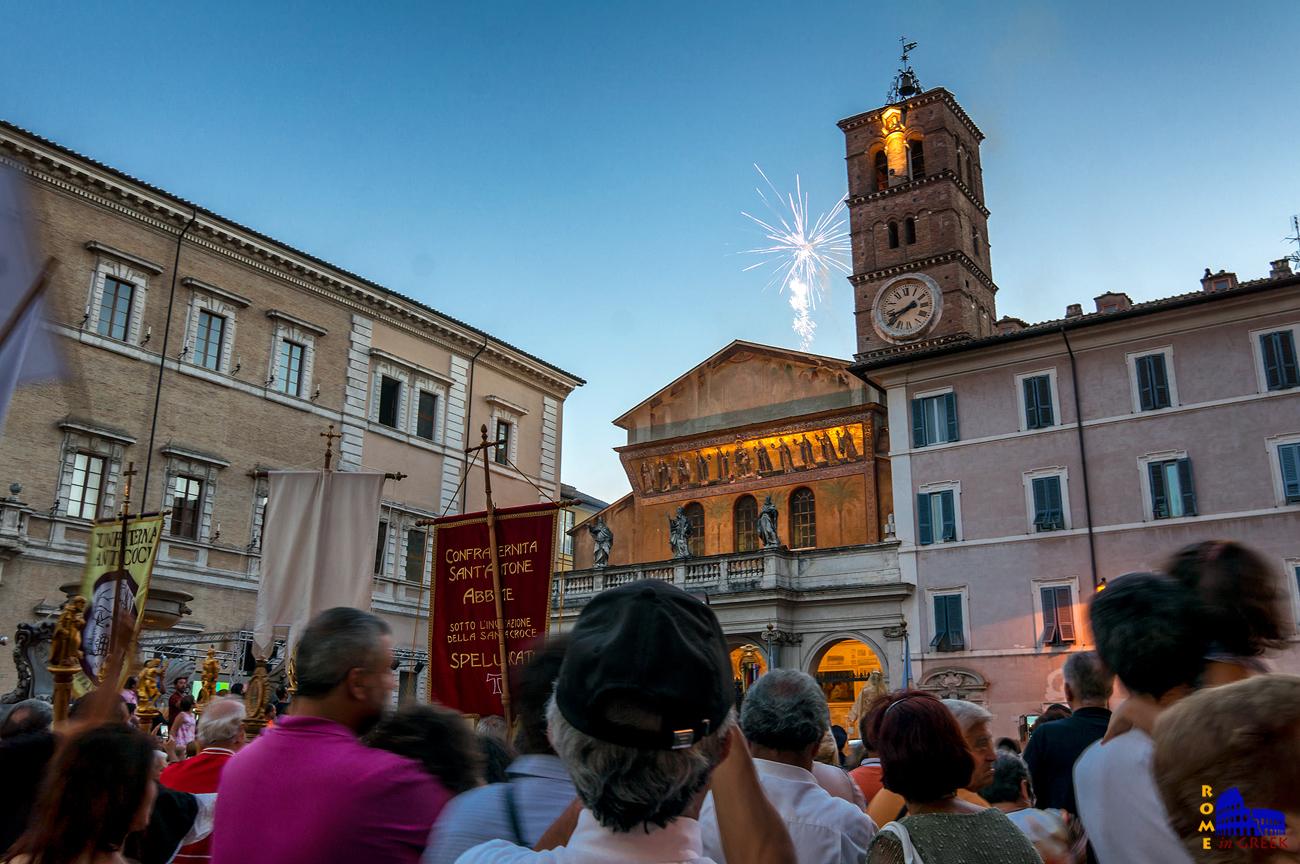 Ολοκλήρωση λιτανείας την ημέρα της γιορτής της Παναγίας, μπροστά από την Santa Maria in Trastevere. H εκκλησία είναι η σπουδαιότερη στο Τραστέβερε και μια από τις πιο αγαπητές στη Ρώμη.