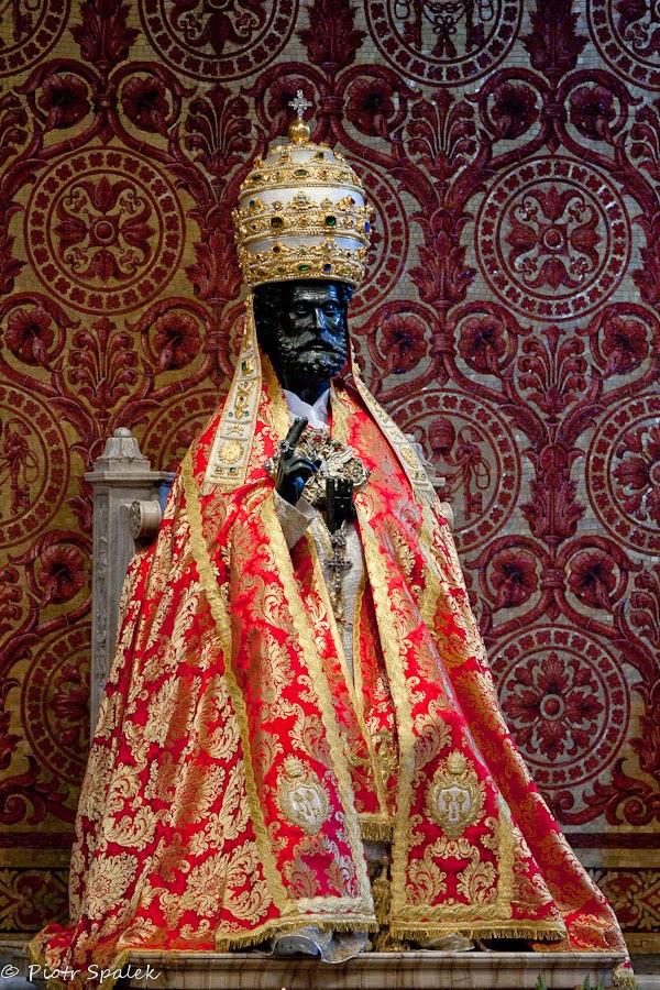 San Pietro statua con mitria