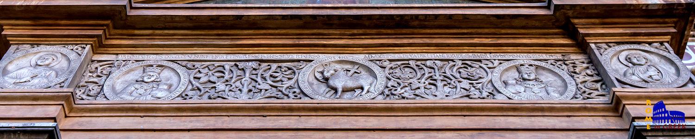 Η επιγραφή της πρόσοψης με τις δύο αδελφές και τον αμνό. Οι δύο αγίες φέρουν ενδυμασία βυζαντινής αυτοκράτειρας. Στα άκρα αριστερά και δεξιά βρίσκονται ο πατέρας, Πούδης, και ο Ποιμήν.