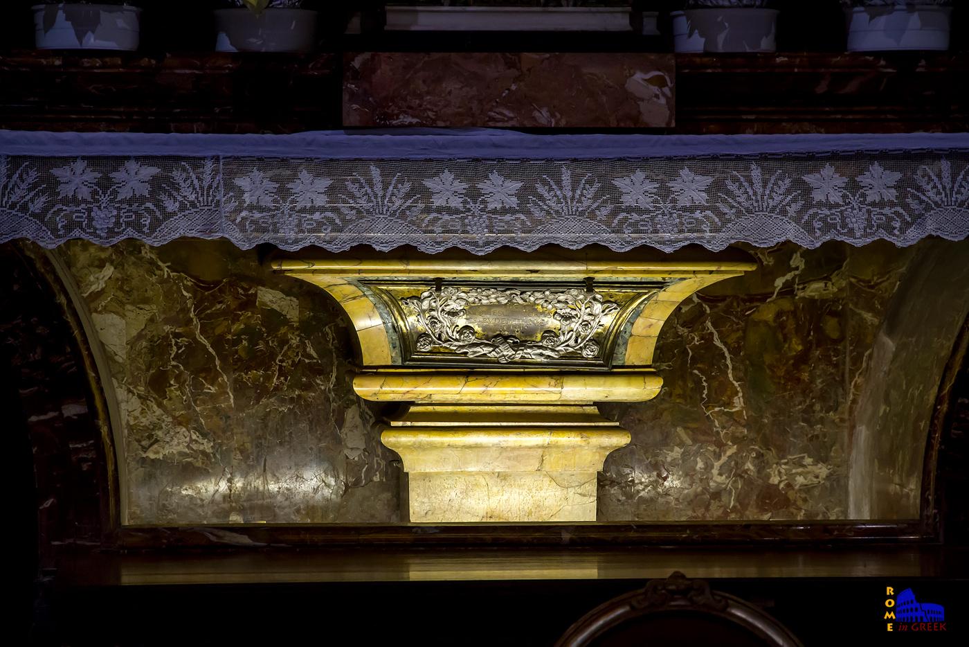O τάφος της Αγ. Πουδεντιανής κάτω από την Αγία Τράπεζα. Αλλά εφόσον στην πραγματικότητα δεν υπήρξε ποτέ τέτοια αγία, ποιος βρίσκεται εκεί θαμμένος;