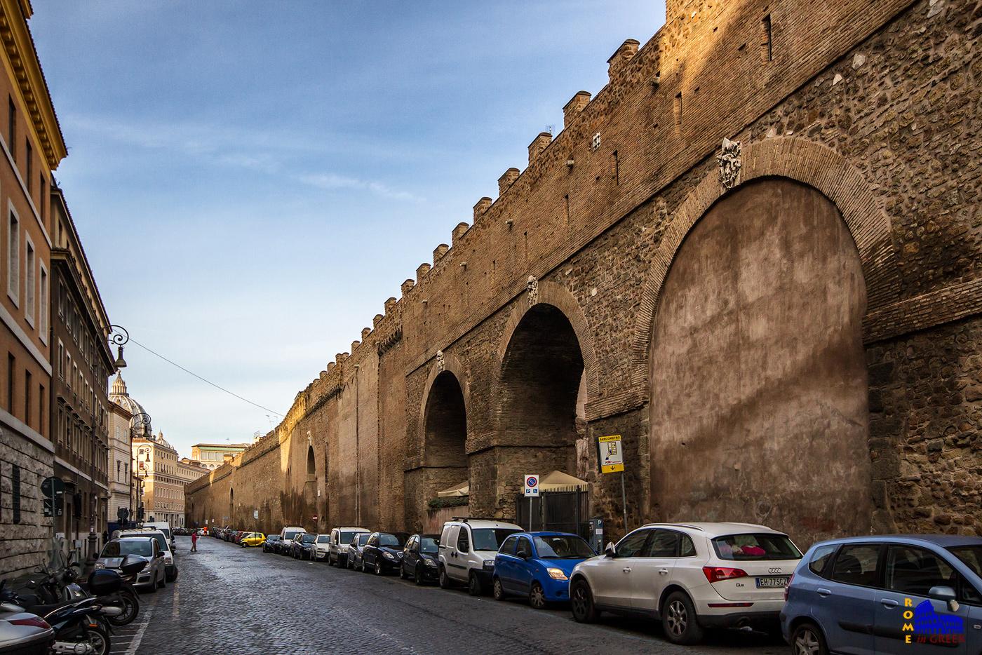 Το Passetto στο Borgo. Διακρίνονται οι πολεμίστρες του εσωτερικού διαδρόμου. Στο βάθος ξεχωρίζει ο Άγιος Πέτρος. Τα καμπυλωτά ανοίγματα στο τείχος κατασκευάστηκαν μεταγενέστερα για λόγους συγκοινωνίας.